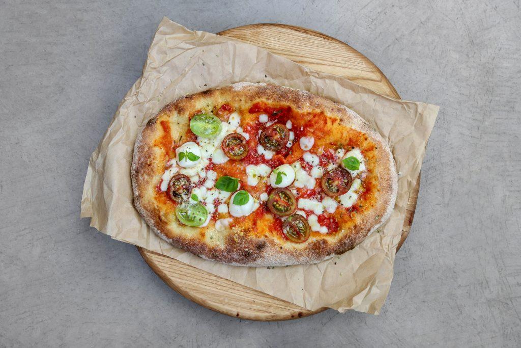 Pinsa Mozzarella με bocconcini, ντομάτα και φύλλα βασιλικού