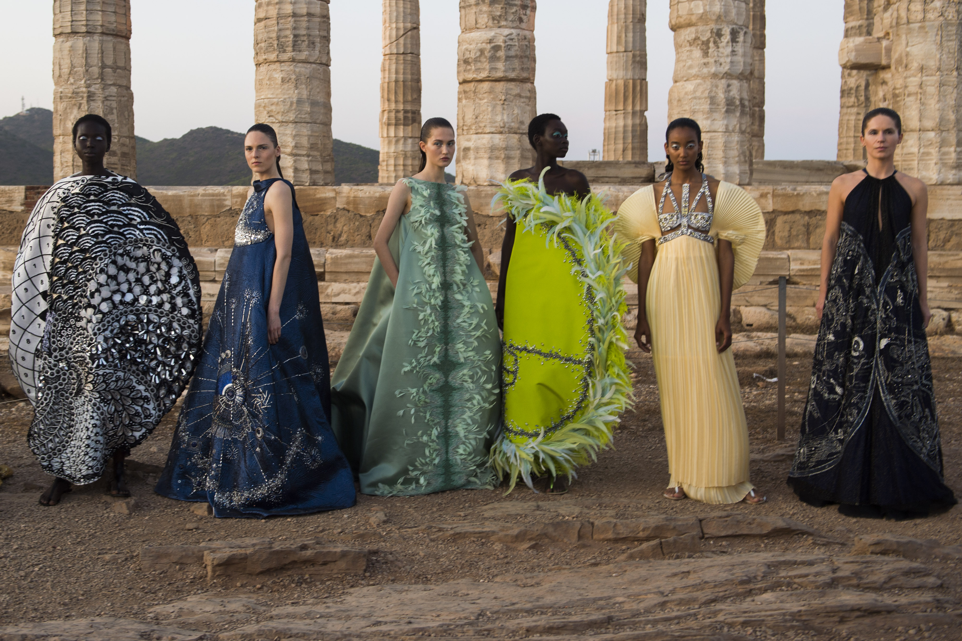 Η εντυπωσιακή επίδειξη μόδας της Μαίρης Κατράντζου
