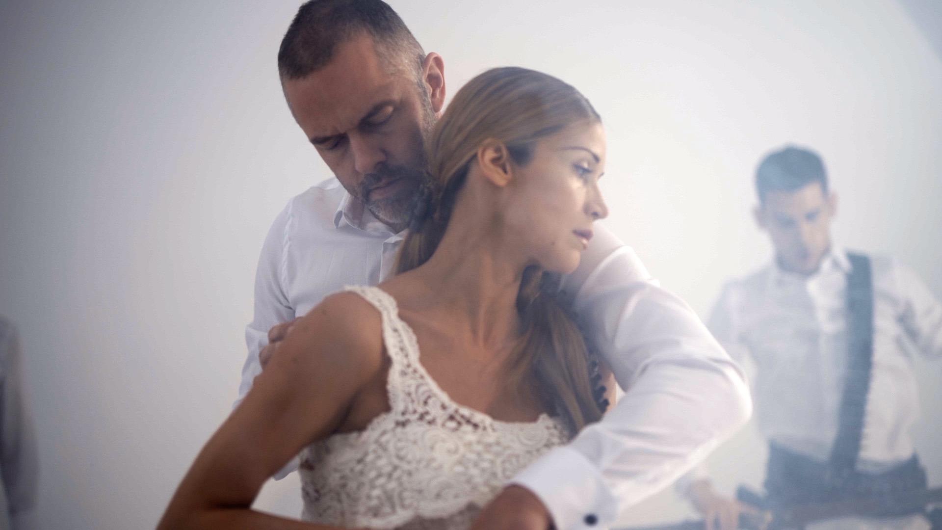 Ο Άρης Μπινιάρης γράφει και σκηνοθετεί τον Χορό της Φωτιάς
