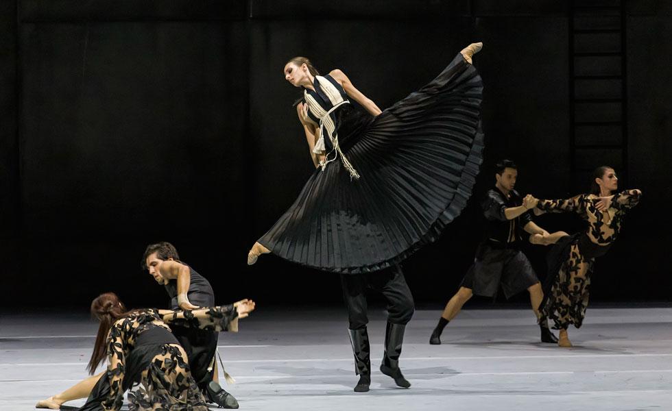 Ο Ρήγος ενθουσιάζει με μια παράσταση χορού σε μουσική Χατζιδάκι