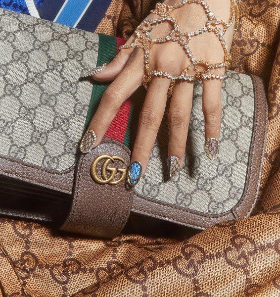 Οι τάσεις θέλουν στα νύχια μας τα logo μεγάλων οίκων μόδας