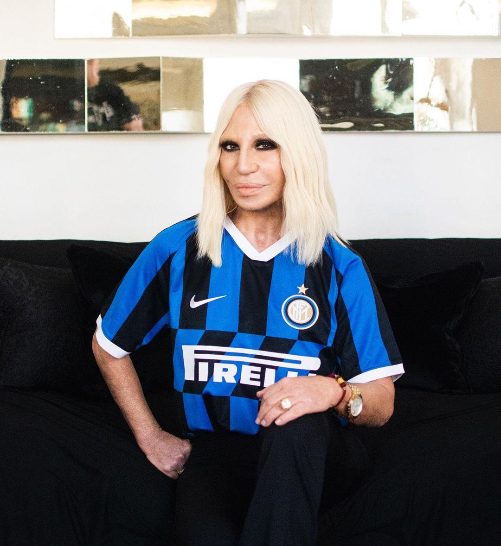 Η Donatella Versace μάς στέλνει γράμμα από το Μιλάνο