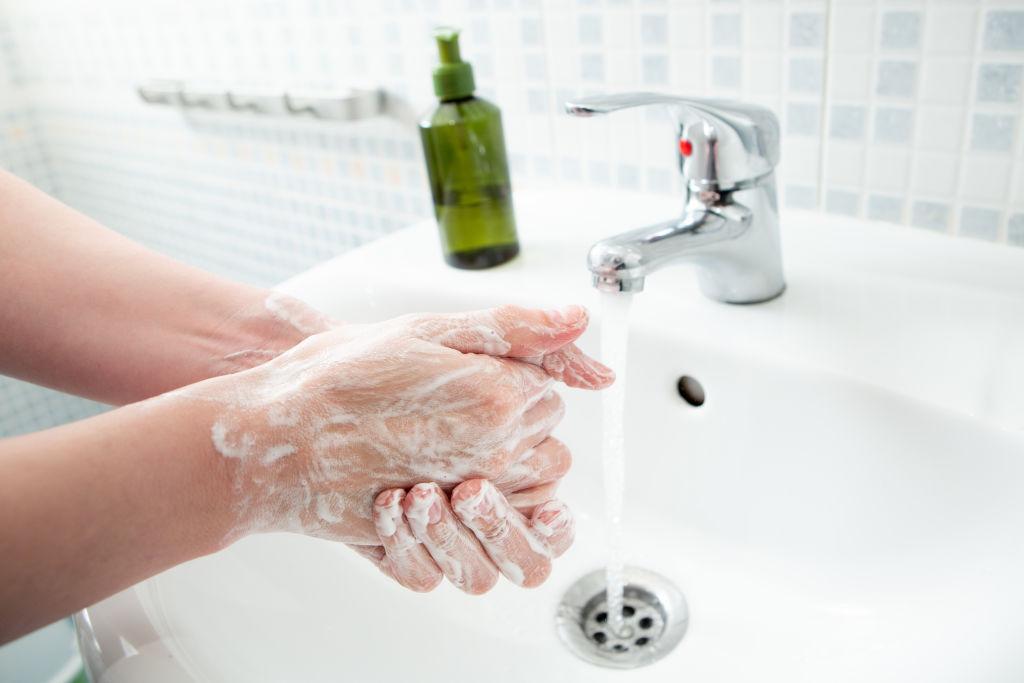Δεν βρίσκετε απολυμαντικό gel; Φτάνει το σαπούνι;