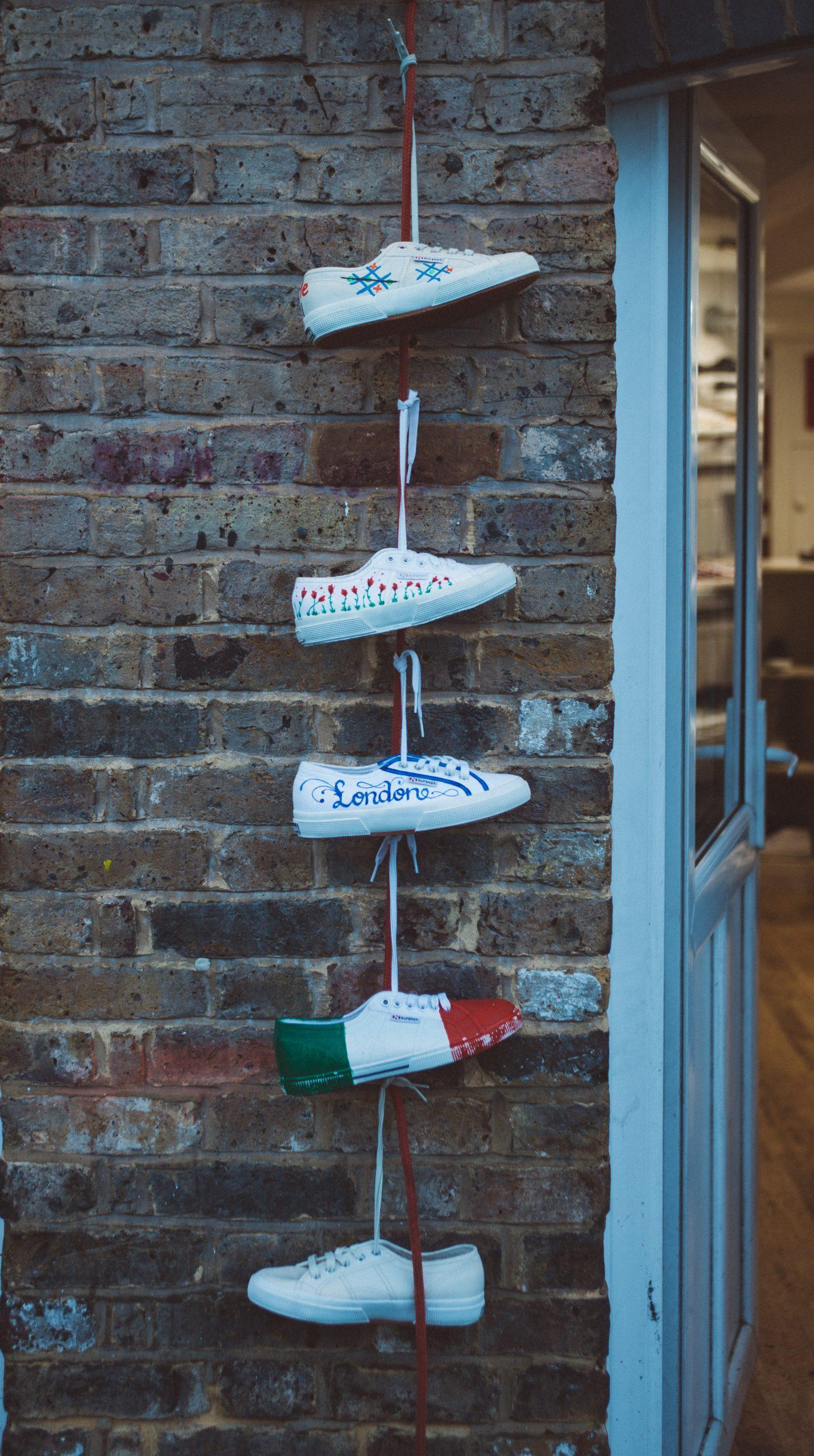Κολλάει ο κορονοϊός και με τα παπούτσια;