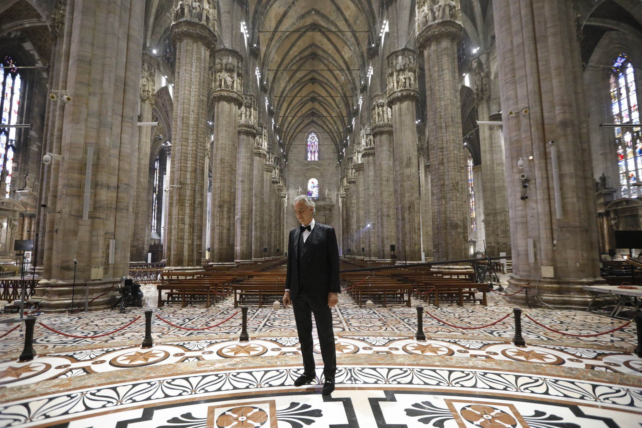Ο Andrea Bocelli τραγούδησε στο άδειο Duomo του Μιλάνου