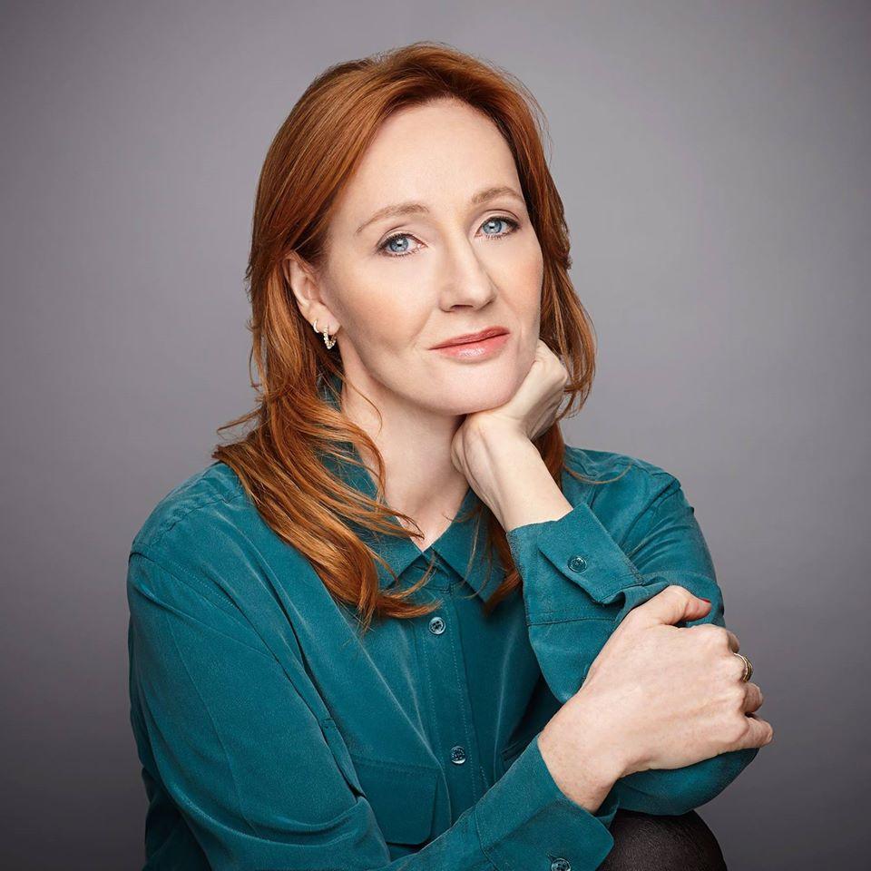 Αυτό είναι το βιβλίο που έγραψε η J.K. Rowling μετά το Harry Potter 1 – διάβασε τα 2 πρώτα κεφάλαια