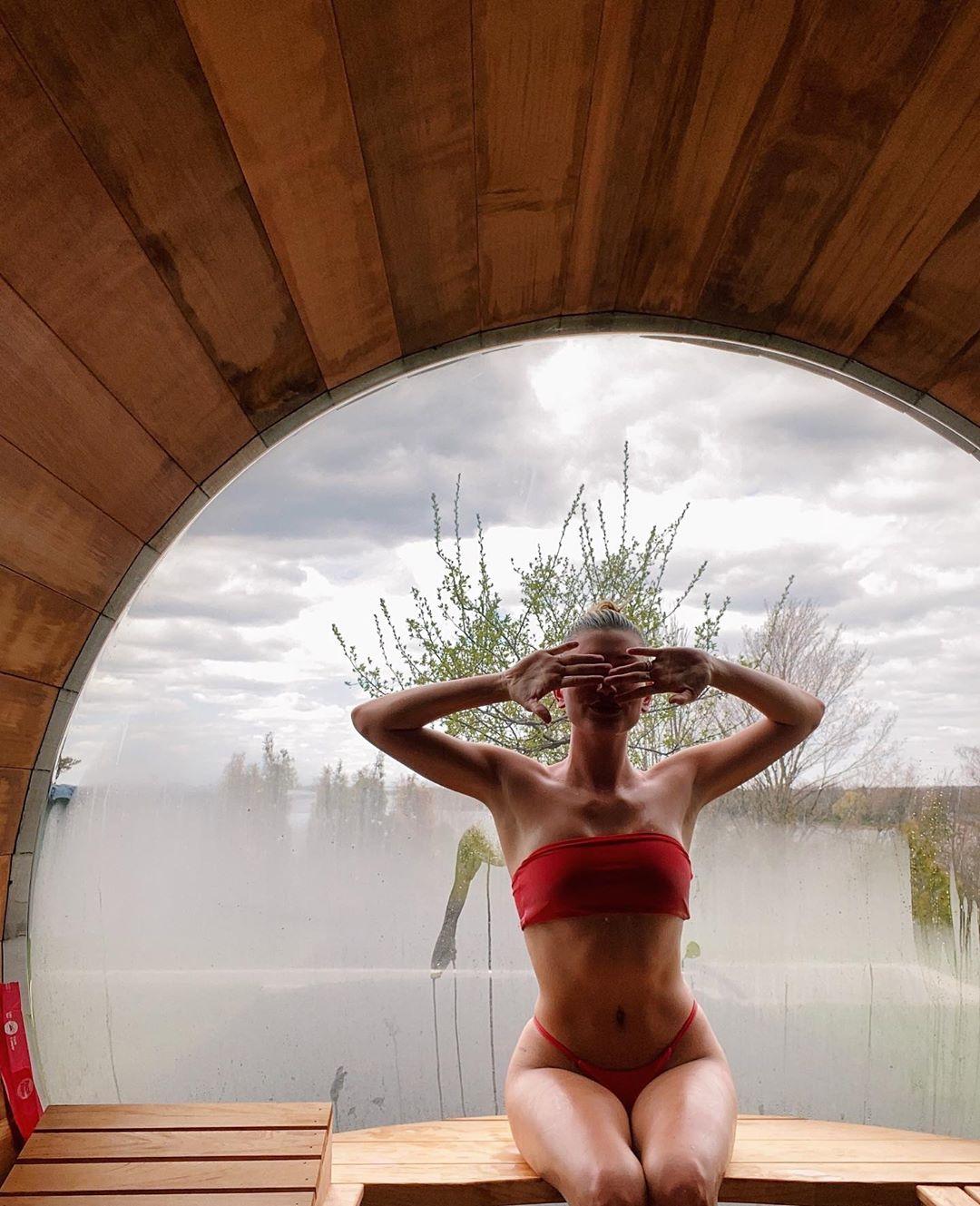 Η Hailey Baldwin ποζάρει με κόκκινο μικροσκοπικό μπικίνι σε σάουνα