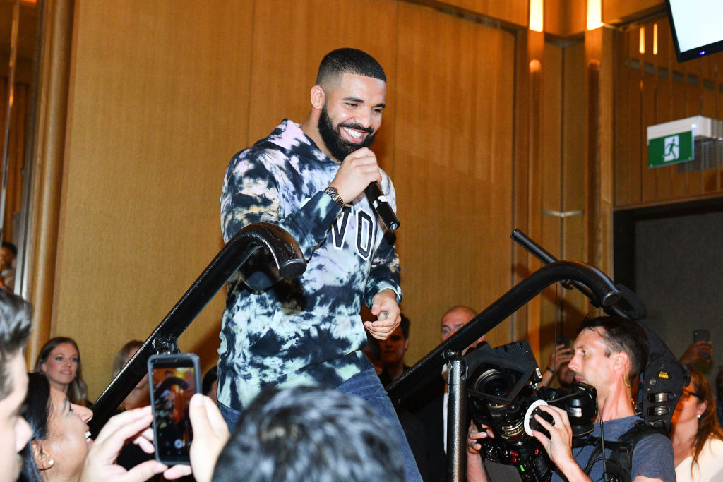 "Drake: Το καινούριο του hit με τίτλο ""Greece"" έχει αναφορές στον γιο του και τη SophieBrussaux"