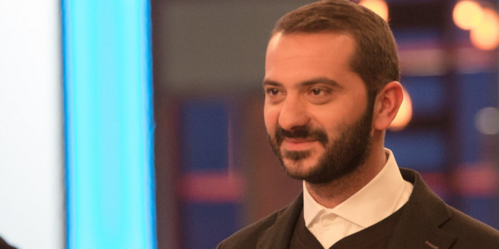 """Κουτσόπουλος – Μπαλάφας: Στα """"μαχαίρια"""" λόγω κορονοϊού – Η απομάκρυνση του τραγουδιστή από το Samano Festival και οι αιχμές στα social media"""