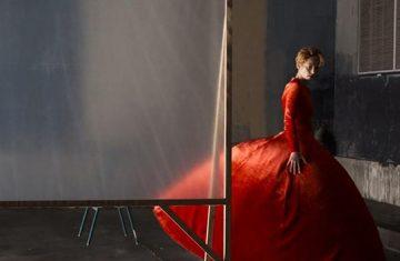 Human Voice: Στη νέα ταινία του Αλμοδόβαρ πρωταγωνιστής είναι ένα κόκκινο -Balenciaga- φόρεμα!