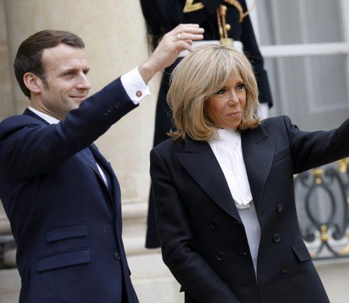 Emmanuel Macron: Το αναπάντεχα τρυφερό στιγμιότυπο με τη σύζυγό του στο αεροπλάνο