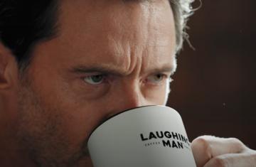 Πάλι ξύπνησες στραβά; Υπέροχη διαφήμιση τρολάρει τον Hugh Jackman που δεν είναι ακριβώς πρωινός τύπος