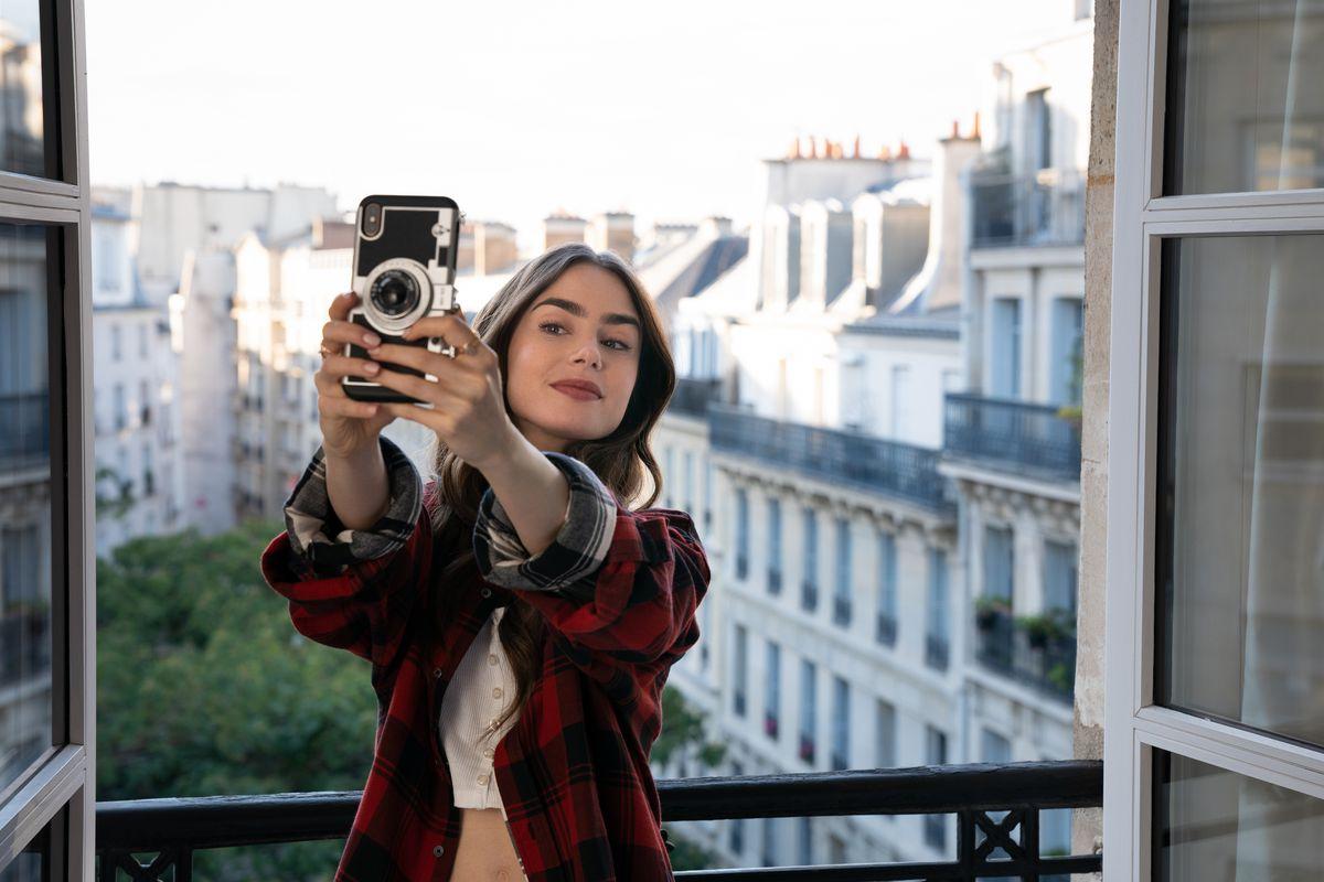 Emily in Paris: Ο δημιουργός της επιτυχημένης σειράς προσπαθεί να διαχειριστεί τη γκρίνια των Γάλλων