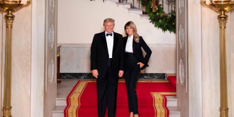 Μελάνια και Ντόναλντ Τραμπ: Το μήνυμα πίσω από την -τελευταία- χριστουγεννιάτικη φωτογράφιση στον Λευκό Οίκο