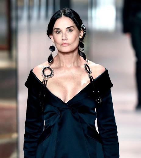 Εντυπωσίασε η Demi Moore στην Εβδομάδα Μόδας στο Παρίσι