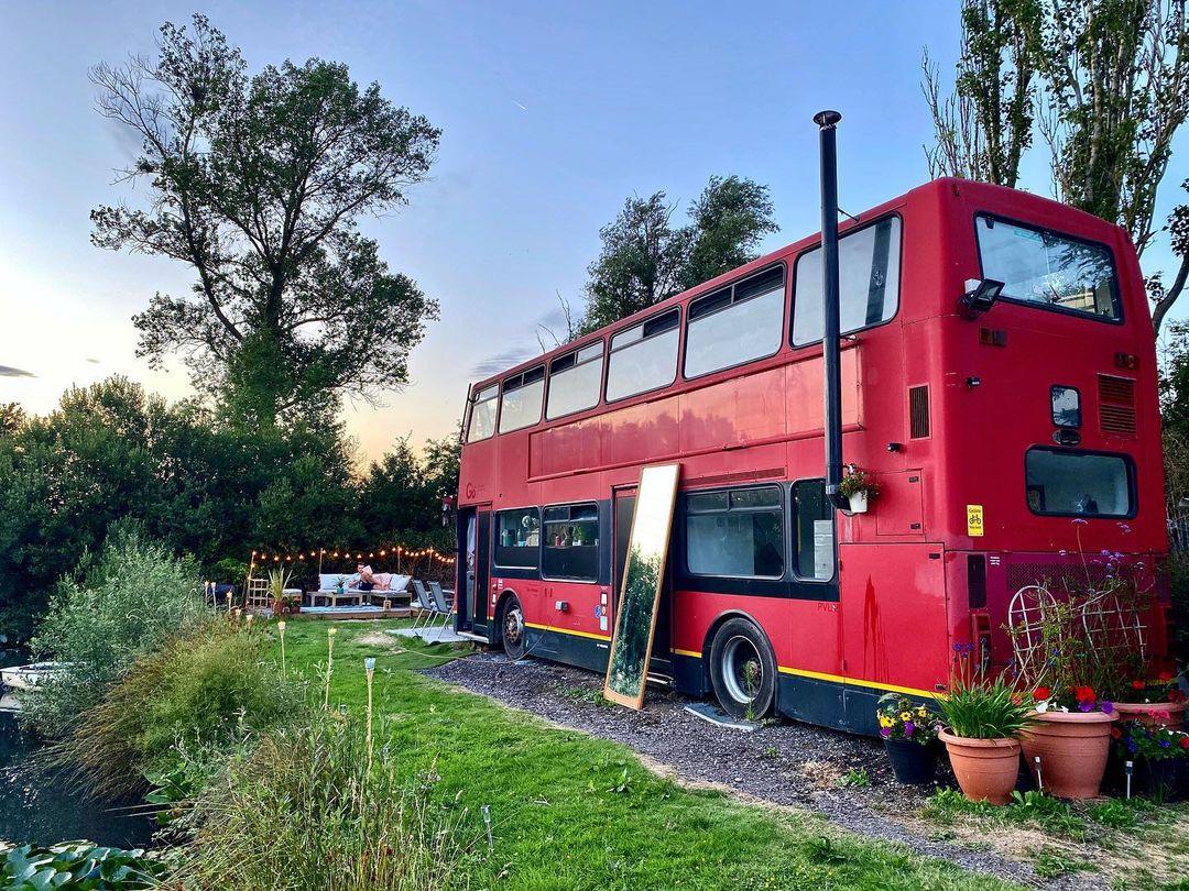 Ζευγάρι μεταμόρφωσε διώροφο λεωφορείο σε …ιδανικό σπίτι