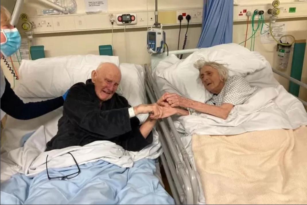 Ηλικιωμένοι σύντροφοι συναντιούνται στο νοσοκομείο λίγο πριν πεθάνουν από κορωνοϊό