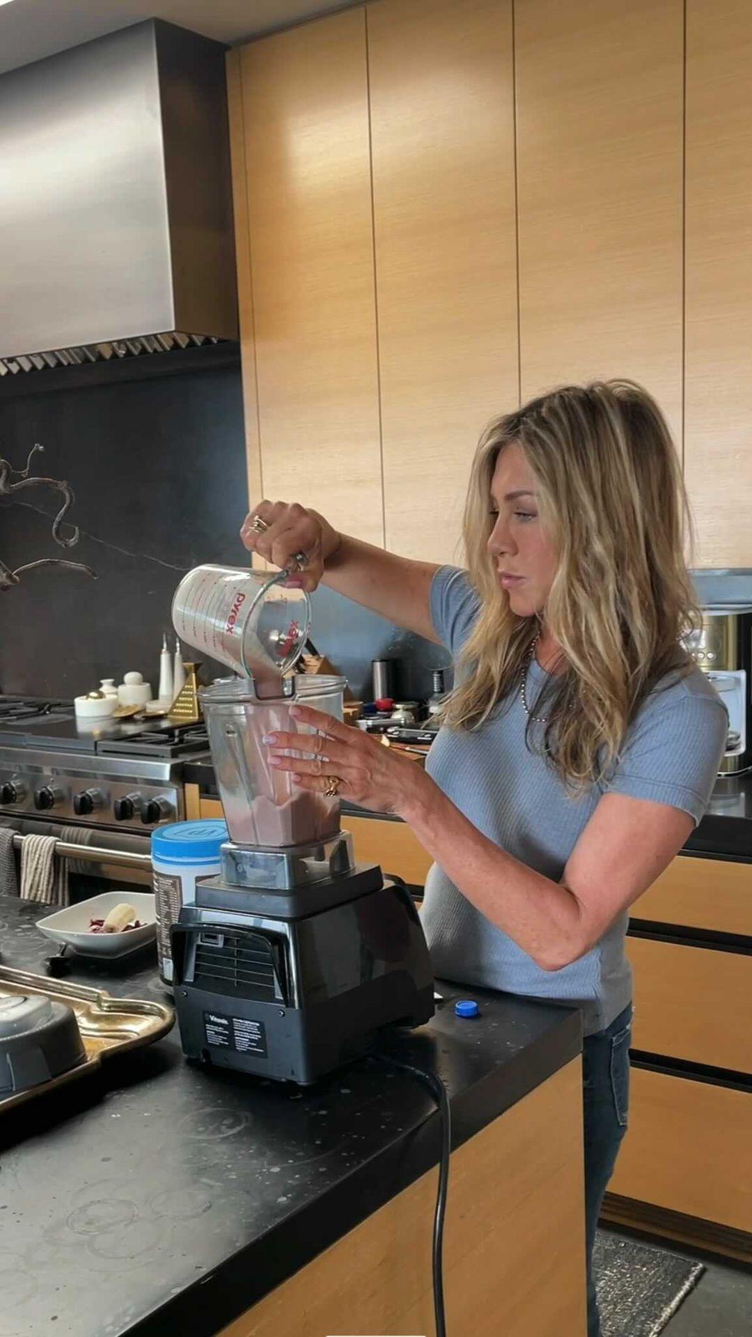 Jennifer Aniston: Φτιάχνει το αγαπημένο της smoothie πρωινό στο Instagram και εμείς το δοκιμάζουμε μαζί της